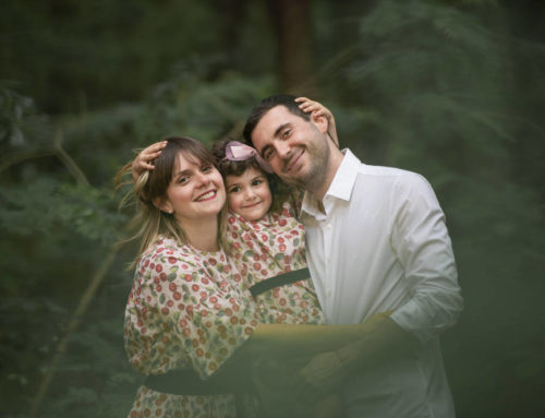 Una bella giornata nel bosco con mamma e papà